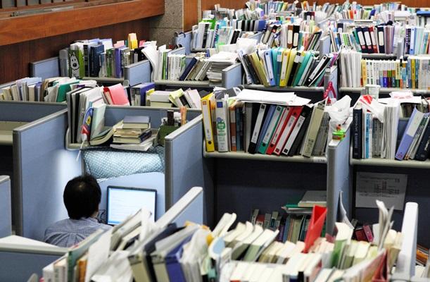 法科大学院の自習室。学生1人に幅90センチの机が割り当てられる=2006年、東京都内