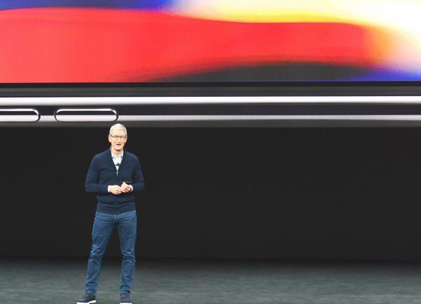 iPhoneⅩを発表する米アップルのティム・クックCEO=カリフォルニア州クパチーノ、宮地ゆう撮影