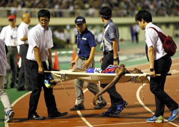 全日本大学駅伝予選第4組のレース途中、担架で運ばれ棄権になった創価大のムイル=2016年6月18日、さいたま市の駒場スタジアム