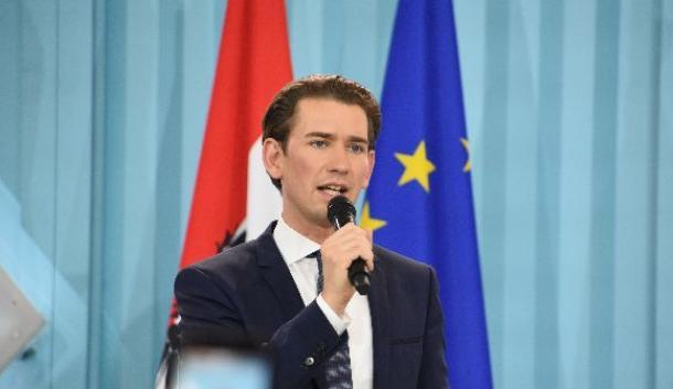 ウィーンで10月15日夜にあった国民党の勝利集会で演説するクルツ氏