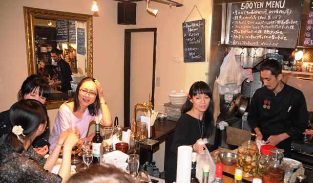 ゴールデン街では若い女性の「ひとり飲み」が増えている=2012年、東京都新宿区歌舞伎町1丁目