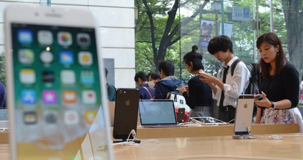 iPhone8の発売当日、アップルの直営店で購入を待つ客ら=2017年9月22日、東京・表参道