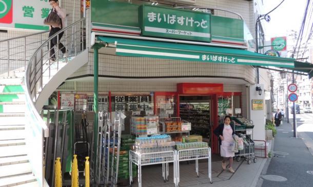 イオンの小型スーパー「まいばすけっと」。2階にライバルのコンビニがある建物の1階にも果敢に出店を進める=東京都新宿区 2014
