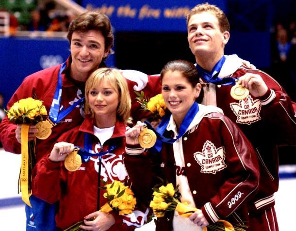 ソルトレーク冬季五輪/採点疑惑で改めて行われたフィギュア・ペアの表彰式で、金メダルを手にするカナダのジェイミー・サレー、デービッド・ペルティエ組(右)とロシアのエレーナ・ベレズナヤ、アントン・シハルリゼ組=代表撮影