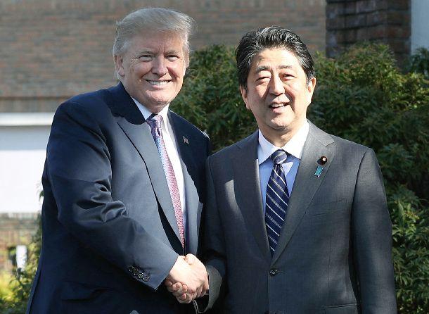 米国のトランプ大統領(左)を出迎え、握手する安倍晋三首相=11月5日午後、埼玉県川越市の霞ケ関カンツリー倶楽部、代表撮影