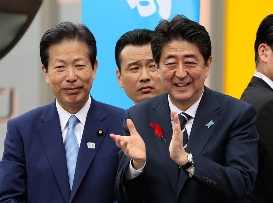 写真・図版 : 自民党の安倍晋三首相と公明党の山口那津男代表=2017年10月、東京都内