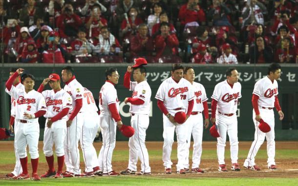 日本シリーズ進出を逃し、スタンドに一礼する緒方監督(右端)ら広島の選手たち