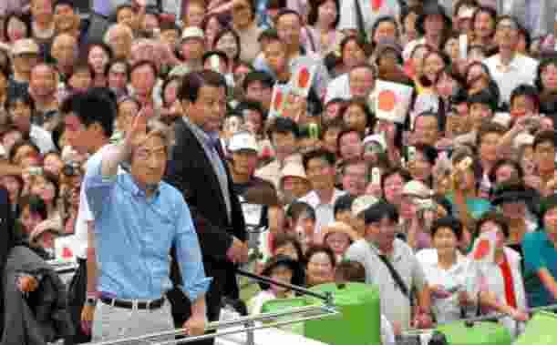 小泉純一郎首相の街頭演説に聴き入る人たち=2005年8月30日、相模原市