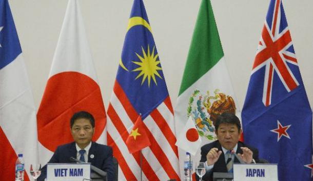写真・図版 : TPPの閣僚合意の内容について説明する茂木敏充経済再生担当相(右)とベトナムのアイン商工相=11月11日、ベトナム・ダナン