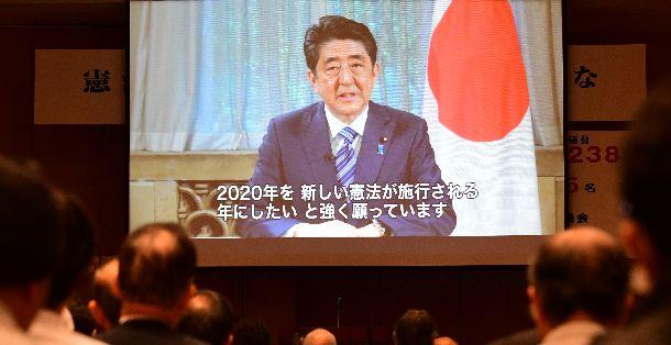 憲法改正を求める集会で流れた「2020年には新しい憲法を施行」と安倍首相が語ったビデオメッセージ=5月3日、東京都千代田区平河町