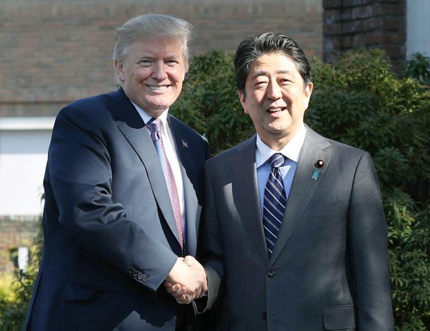 トランプ米大統領(左)を出迎え、握手する安倍晋三首相=11月5日午後0時7分、埼玉県川越市の霞ケ関カンツリー倶楽部、代表撮影