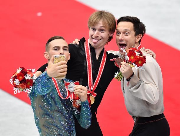 表彰式を終え、記念撮影をする(左から)2位のアダム・リッポン、優勝したセルゲイ・ボロノフ、3位のアレクセイ・ビチェンコ