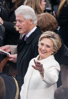トランプ大統領就任式に出席したビル・クリントン元大統領(左)とヒラリー・クリントン元国務長官夫妻=2017年1月20日
