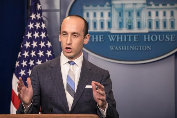 ホワイトハウスの会見場で記者の質問を受けるスティーブン・ミラー補佐官=ランハム裕子撮影