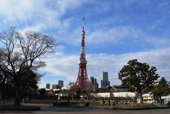 アナログ時代を中心に、関東地方向けのテレビ電波などの送信を担った東京タワー=2016年1月、東京都港区芝公園