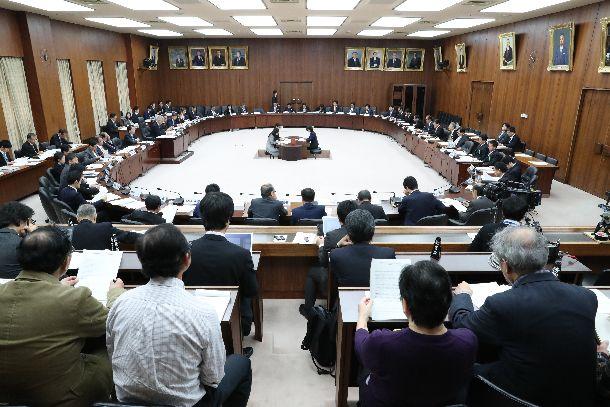 半年ぶりに再開した衆院憲法審査会=11月30日