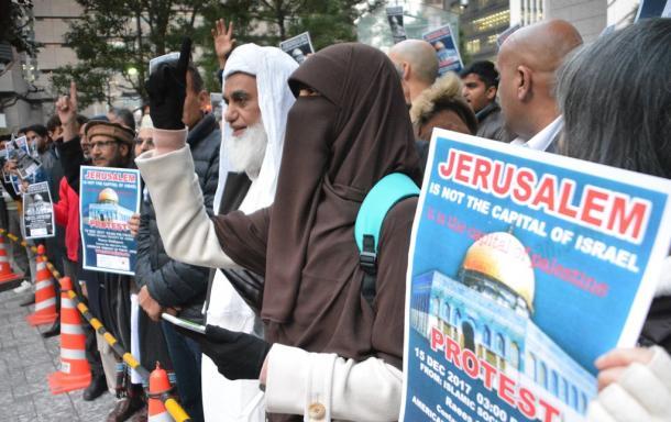 エルサレムをイスラエルの首都と承認したトランプ米大統領に抗議する日本在住のイスラム教徒ら=東京都港区20171215