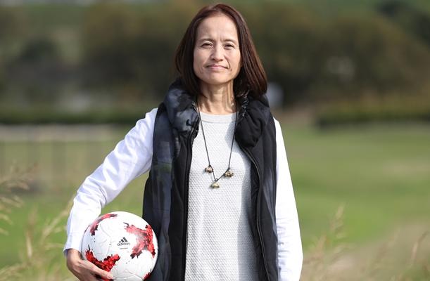 サッカー日本女子代表監督の高倉麻子さん。夫を誘って河川敷でボールを蹴ることも=2017年11月10日、東京都葛飾区