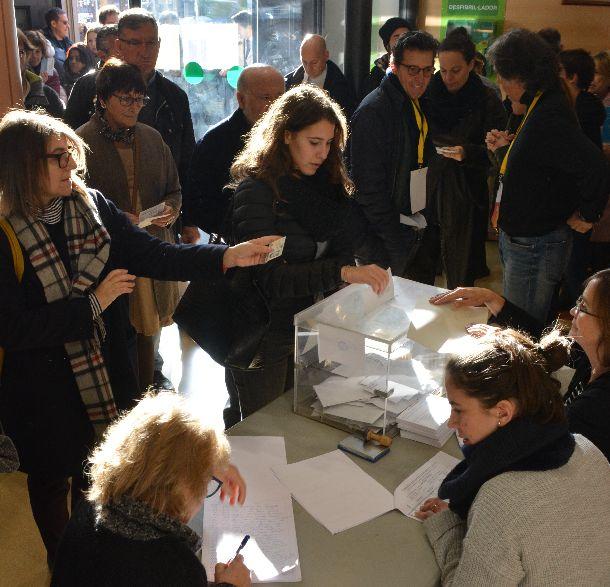 写真・図版 : スペイン北東部カタルーニャ自治州の州議会選で投票する人たち=2017年12月21日、バルセロナ