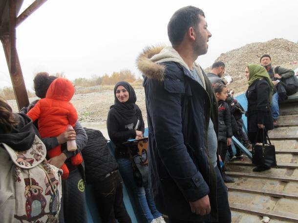 イラク・シリア国境の「矢切の渡し」船上の乗客たち(筆者撮影 チグリス川の上で