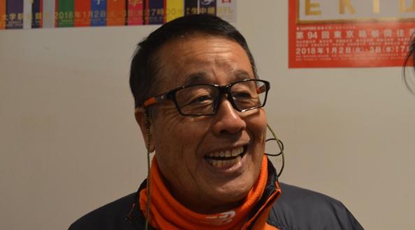 箱年駅伝往路で4位に入った後、笑顔でインタビューを受ける拓大の岡田正裕監督=2018年1月2日