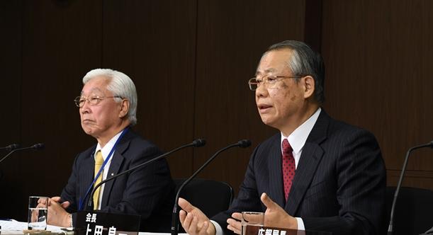 NHKの経営計画について記者会見する上田良一会長(右)と石原進経営委員長=2018年1月16日、東京都渋谷区