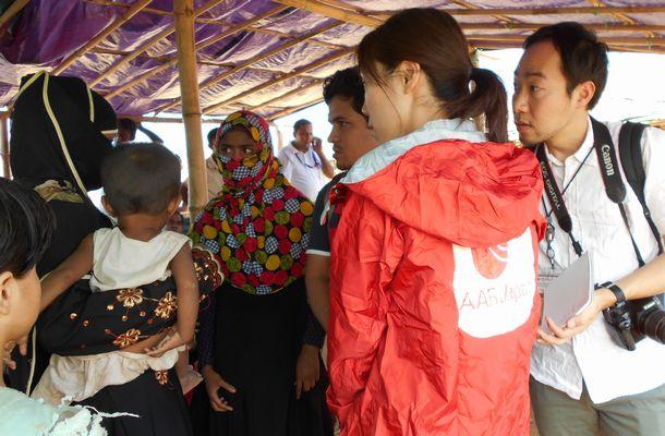 ミャンマーからの避難民(ロヒンギャ)の親子に話を聞くAARのスタッフ=2017年11月、バングラデシュ南部のクトゥパロン難民キャンプ
