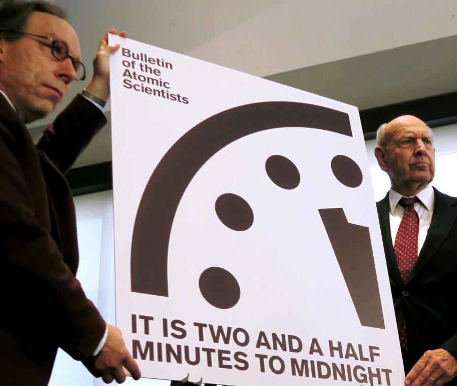 写真・図版 : 終末時計を掲げる米国の科学者=2017年