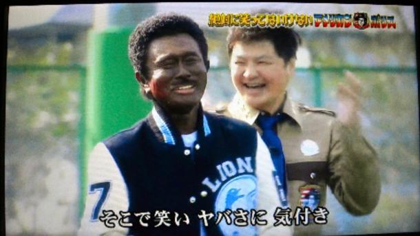 「絶対に笑ってはいけないアメリカンポリス24時」で、顔を黒く塗って登場した浜田雅功さん=テレビ画面から