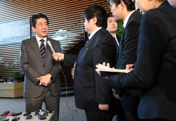 写真・図版 : 沖縄県名護市長選の結果を受け、取材に応じる安倍晋三首相(左端)=2月5日、首相官邸