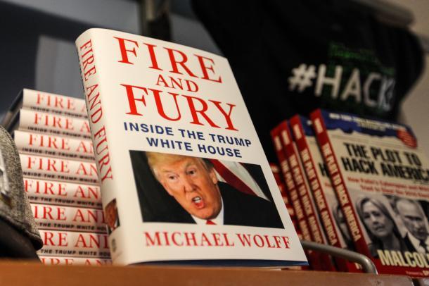 積み上げられた暴露本「Fire and Fury」=ワシントン市内で、ランハム裕子撮影