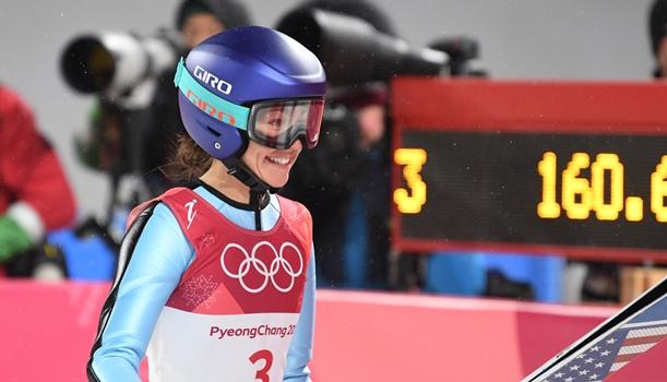 平昌五輪女子ジャンブで2回目を終えて笑顔を見せるサラ・ヘンドリクソン=2018年2月12日、アルペンシア・ジャンプセンター