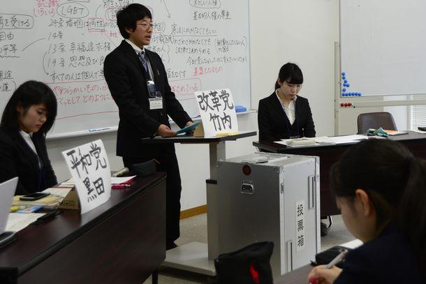 授業のなかで改憲について議論する高校生と大学生。9条改正の模擬投票も行われた=2017年12月12日、岐阜県立岐阜高校