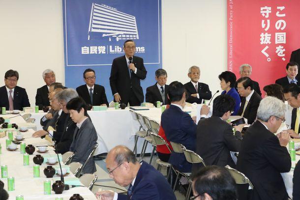 自民党本部で開かれた憲法改正推進本部=2月21日、東京・永田町