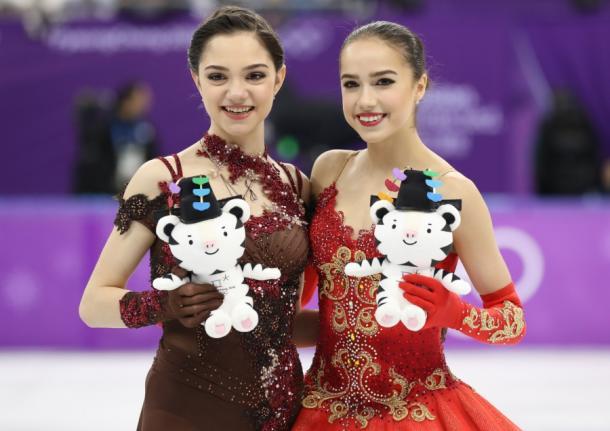 フィギュア女子で金メダルのアリーナ・ザギトワ(右)と銀のエフゲニア・メドベージェワ