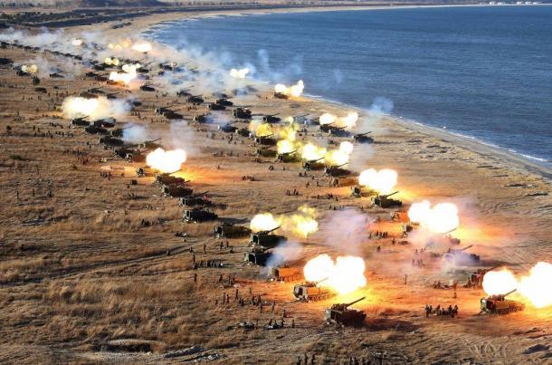 北朝鮮軍前線砲兵部隊の砲兵隊集中砲撃演習。金正恩朝鮮労働党委員長が視察した=朝鮮通信