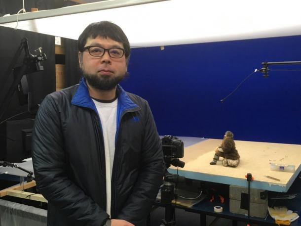 村田朋泰監督。後は現在制作中の『陸にあがった人魚のはなし』に登場する漁師の人形の設置された撮影台。トモヤスムラタカンパニーにて