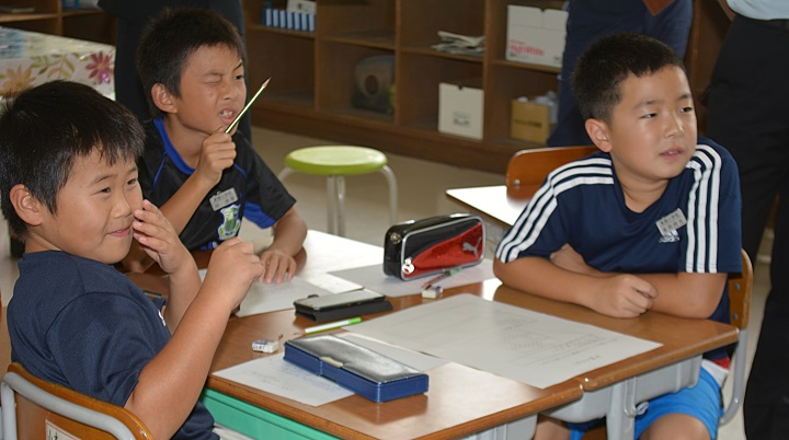 写真・図版 : 算数の問題を考える小学4年生=2016年9月、鳥取市、斉藤智子撮影