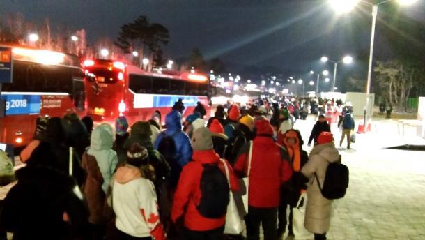 オリンピックスタジアムから、最寄り駅に向かうシャトルバスには長蛇の列ができた=9日午後11時50分、韓国・平昌
