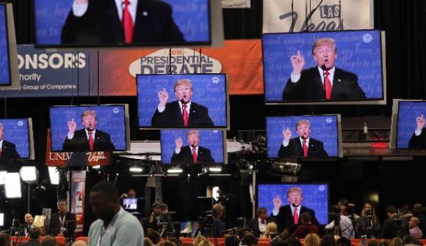 テレビ討論会会場近くで討論会の中継を見る報道陣ら=2016年10月19日、米ラスベガス