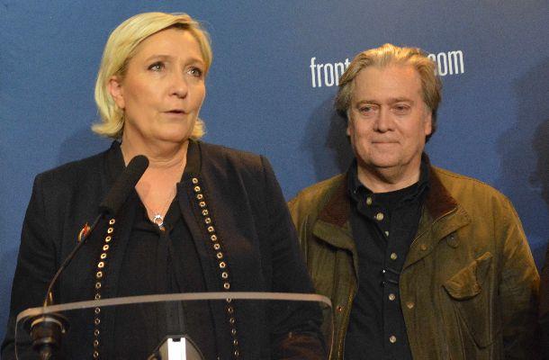 フランスの右翼・国民戦線(FN)の党大会で記者会見するマリーヌ・ルペン党首(左)。右は、党大会に招かれた米国のスティーブン・バノン前大統領首席戦略官=3月10日