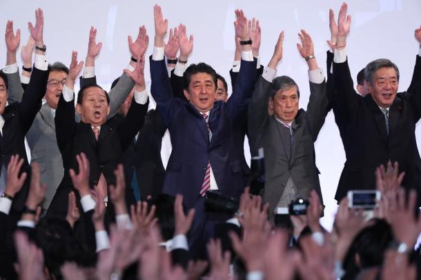 安倍晋三首相(中央)と党幹部ら
