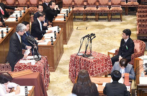 佐川宣寿・前国税庁長官(右)に対する衆院予算委での証人喚問=3月27日