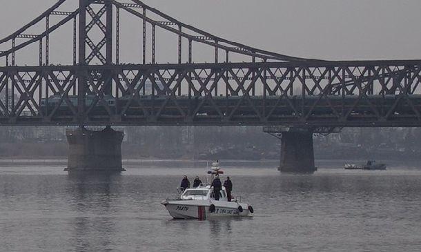 訪中していた北朝鮮の金正恩(キム・ジョンウン)朝鮮労働党委員長を乗せたとみられる列車。中朝国境を流れる鴨緑江にかかる橋を渡った=3月28日午前6時5分、中国遼寧省丹東