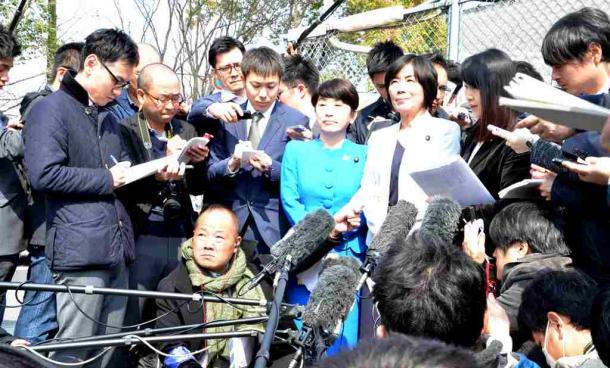森友学園の籠池前理事長との接見の様子を語る野党の3議員=26日午前、大阪市都島区の大阪拘置所前