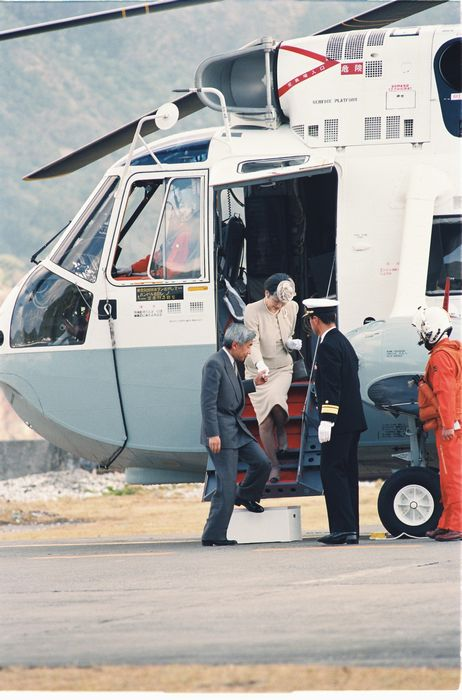 写真・図版 : 小笠原の母島を訪問、海上自衛隊のヘリコプターで父島に戻った天皇皇后両陛下=1994年2月14日、小笠原・父島