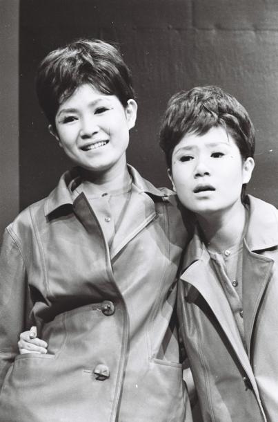 左が伊藤エミ(姉)、右がユミ