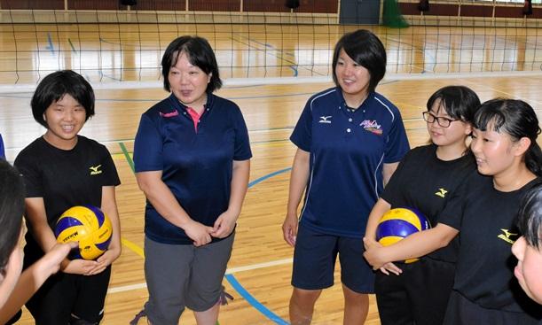 中学校の女子バレーボール部を指導する顧問(中央左)と部活動指導員(同右)=2017年7月25日、山梨県笛吹市