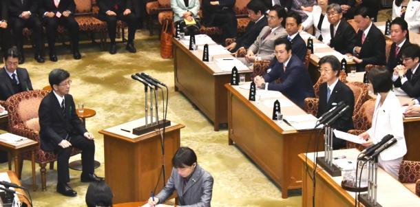 参院予算委で、佐川宣寿・前国税庁長官(左)に質問をする自民党の丸川珠代氏(右)=27日