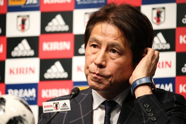 就任会見に臨むサッカー日本代表の西野朗監督=2018年4月12日、東京都文京区